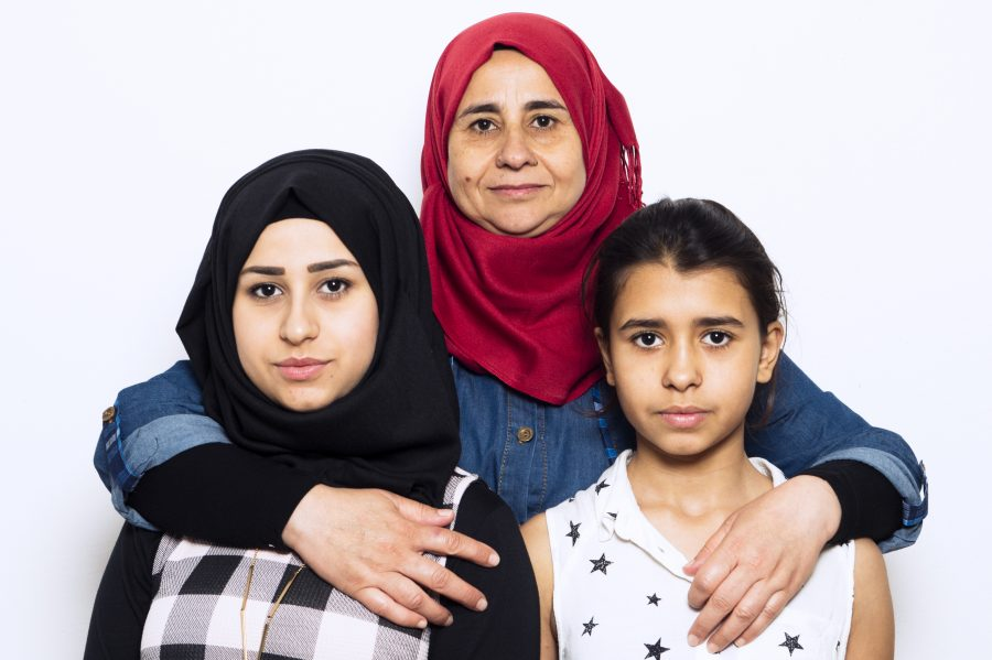 Portraitfoto von Hyam aus Syrien zusammen mit ihren Töchtern für lucys-sky.de Hyam hat bei einem Bombenangriff in Syrien alles verloren. Sie erzählt die Geschichte ihrer Flucht und wie schwer es ist in Deutschland anzukommen.