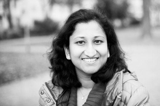 Portraitfoto von Lakschmi für lucys-sky.de Lakschmi kommt aus Indien hat aber schon in vielen Ländern gelebt. Sie fühlt dass Welt ihr Zuhause ist.